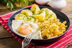 Gebraden die ei met aardappels en gele bonen wordt gediend Stock Afbeeldingen