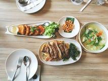Gebraden die grilleend en noedel met basilicum knapperig gebraden gerecht wordt gediend garnalen pancack en het voedsel van het s stock foto