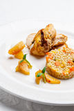 Gebraden die kip, met parelgort en groenten wordt gediend Royalty-vrije Stock Foto's