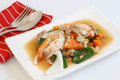 Gebraden die noedel met varkensvlees en zeevruchten in jus, Thais voedsel worden doorweekt Royalty-vrije Stock Afbeelding