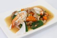 Gebraden die noedel met varkensvlees en zeevruchten in jus, Thais voedsel worden doorweekt Royalty-vrije Stock Fotografie