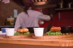 Gebraden die vissen in een bar worden gediend Stock Foto