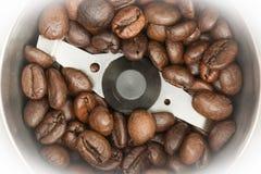 Gebraden donkere koffiebonen in een automatische koffiemolen, de achtergrond van het close-upvoedsel Royalty-vrije Stock Fotografie