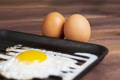 Gebraden eggsfried ei in pan, geroosterde ruwe eieren, stock foto