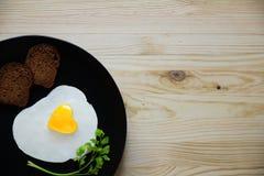 Gebraden ei in de vorm van hart op een donkere hoogste mening als achtergrond Royalty-vrije Stock Fotografie