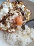Gebraden ei en sojasaus met gekookte rijst Stock Foto's