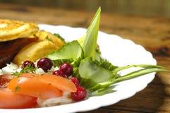 Gebraden ei met lapje vlees en aardappelen in de schil Stock Afbeelding