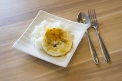 Gebraden ei met rijst Stock Foto's