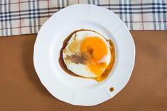 Gebraden ei met saus op schotel Stock Afbeeldingen
