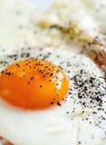 Gebraden ei met zwarte peper Royalty-vrije Stock Foto's