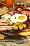 Gebraden ei op een houten raad Een hartelijk ontbijt met ham en groenten Eieren en ham royalty-vrije stock foto's