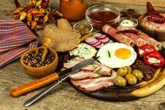 Gebraden ei op een houten raad Een hartelijk ontbijt met ham en groenten Eieren en ham royalty-vrije stock foto
