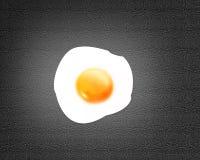 Gebraden ei op zwarte achtergrond Royalty-vrije Stock Afbeeldingen