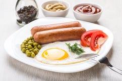 Gebraden ei, worsten met groente in plaat, peper, ketchup Stock Foto's
