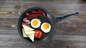 Gebraden eieren, bacon en toosts stock footage