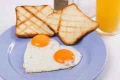 Gebraden eieren die voor ontbijt worden gediend Royalty-vrije Stock Foto