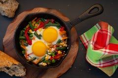 Gebraden eieren in een gietijzer royalty-vrije stock fotografie
