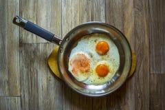 Gebraden eieren in een pan Stock Foto's