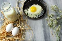 Gebraden eieren en melk Stock Foto's