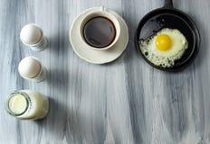Gebraden eieren en melk Royalty-vrije Stock Afbeelding