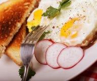 gebraden eieren en toost - uitstekend ontbijt Stock Afbeeldingen