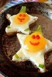 Gebraden eieren gevormd zoals sterren met grappige gezichten Royalty-vrije Stock Fotografie