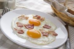 Gebraden eieren met bacon Royalty-vrije Stock Afbeelding