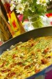 Gebraden eieren met bacon, brood en greens Royalty-vrije Stock Foto's