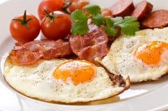 Gebraden eieren met bacon en tomaten Royalty-vrije Stock Foto's