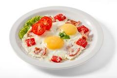 Gebraden eieren met bacon en tomaten Stock Afbeelding