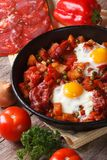 Gebraden eieren met chorizo en groenten op het Vlaamse recept Stock Afbeeldingen
