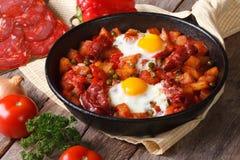 Gebraden eieren met chorizo op Vlaams recept in de pan Royalty-vrije Stock Fotografie