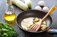 Gebraden eieren met courgette en peterselie Royalty-vrije Stock Foto