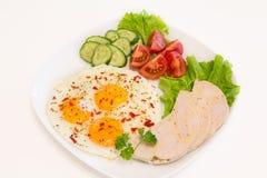 Gebraden eieren met eigengemaakte ham en groenten Stock Foto's