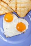 Gebraden eieren met geroosterd brood Royalty-vrije Stock Foto's