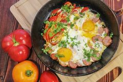 Gebraden eieren met groenten stock afbeeldingen