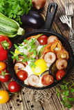 Gebraden eieren met groenten en worst Stock Afbeeldingen