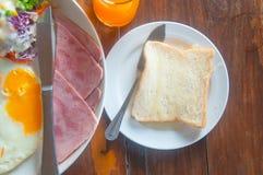 Gebraden eieren met hotdog, bacon en toosts Royalty-vrije Stock Foto