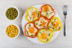 Gebraden eieren met paprika's, groene erwten en suikermaïs royalty-vrije stock foto