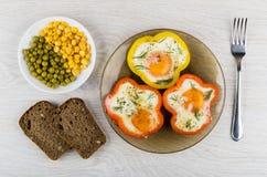 Gebraden eieren met paprika's, groene erwten, suikermaïs, brood stock afbeelding
