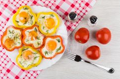 Gebraden eieren met peper, specerijen, tomaten en vork stock afbeeldingen