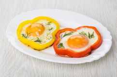 Gebraden eieren met rode en gele paprika's en dille royalty-vrije stock afbeelding