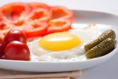 Gebraden eieren met tomaten en komkommers Royalty-vrije Stock Foto's