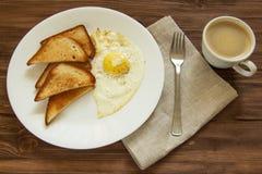 Gebraden eieren met toost en koffie Royalty-vrije Stock Foto