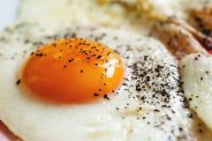 Gebraden eieren met zwarte peper Stock Fotografie