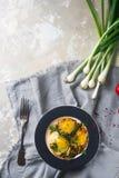 Gebraden eieren op de plaat met kersentomaten, kruiden en groene uien in rustieke stijl, hoogste mening Voedzaam organisch ontbij Royalty-vrije Stock Foto's