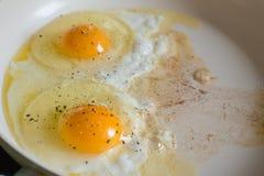 Gebraden eieren op de witte ceramische pan Royalty-vrije Stock Fotografie