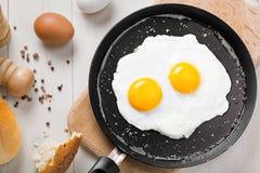 Gebraden eieren op een pan Stock Foto's