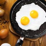 Gebraden eieren op een pan Stock Afbeeldingen