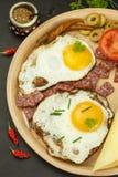 Gebraden eieren op een plaat Een hartelijk ontbijt voor atleten Gezond voedsel royalty-vrije stock foto